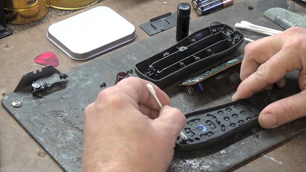 Remote sau khi rơi vỡ nhưng vẫn còn sửa chữa được, thì bạn nên đem đến trung tâm bảo hành để sửa chữa.