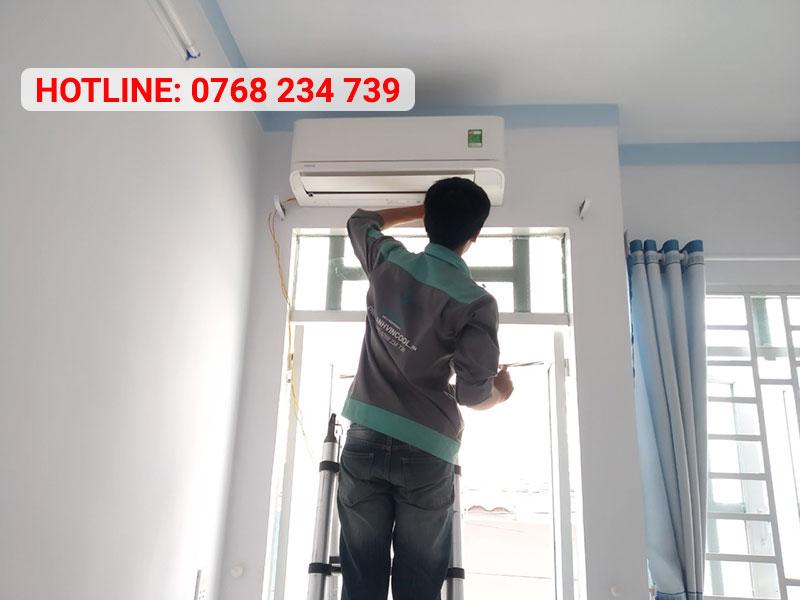 Kỹ thuật viên vệ sinh máy lạnh trước khi bàn giao cho khách hàng