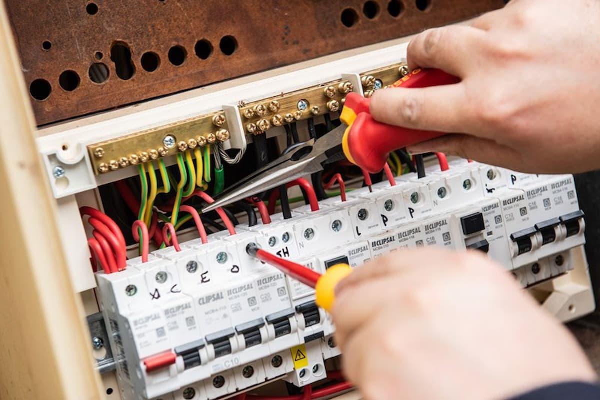 Bộ ngắt mạch AC bị hư hao đôi lúc chính là nguyên nhân khiến máy lạnh ngắt mạch đột ngột