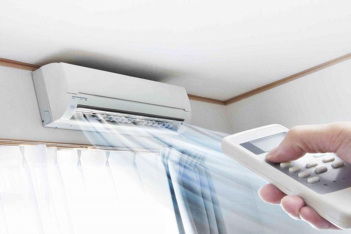Hơi nóng từ máy lạnh là một trong những tín hiệu báo lỗi bạn nên chú ý